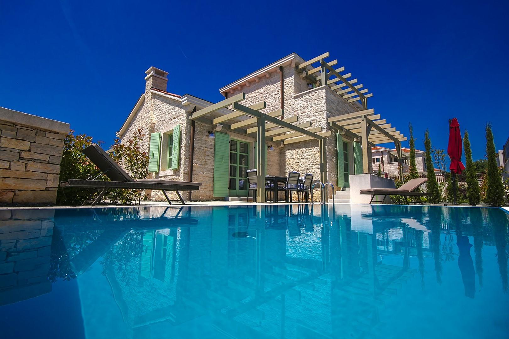 Traumhafte Villa umgeben von herrlicher grüner Vegetation und mediterranen Pflanzen